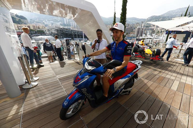 Pierre Gasly, Toro Rosso, monta una motocicleta Honda