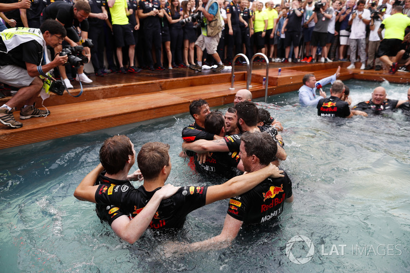 Daniel Ricciardo, Red Bull Racing, festeggia la vittoria nella piscina della Red Bull Energy Station con i membri del team, il designer Rob Marshall, Chief Engineering Officer, Red Bull Racing