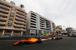 Fernando Alonso, McLaren MCL33, voor Carlos Sainz Jr., Renault Sport F1 Team R.S. 18