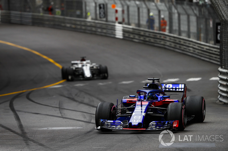 Brendon Hartley, Toro Rosso STR13, leads Lance Stroll, Williams FW41