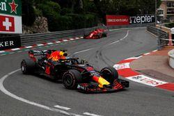 Daniel Ricciardo, Red Bull Racing RB14 lidera a Sebastian Vettel, Ferrari SF71H