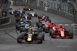 Daniel Ricciardo, Red Bull Racing RB14, voor Sebastian Vettel, Ferrari SF71H, Lewis Hamilton, Mercedes AMG F1 W09, Kimi Raikkonen, Ferrari SF71H, bij de start van de race