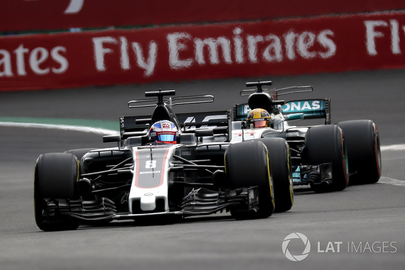 Romain Grosjean, Haas F1 Team VF-17 and Lewis Hamilton, Mercedes-Benz F1 W08 battle