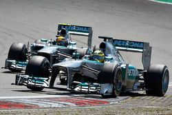 Nico Rosberg, Mercedes W04, devance Lewis Hamilton, Mercedes W04