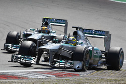Nico Rosberg, Mercedes W04, voor Lewis Hamilton, Mercedes W04