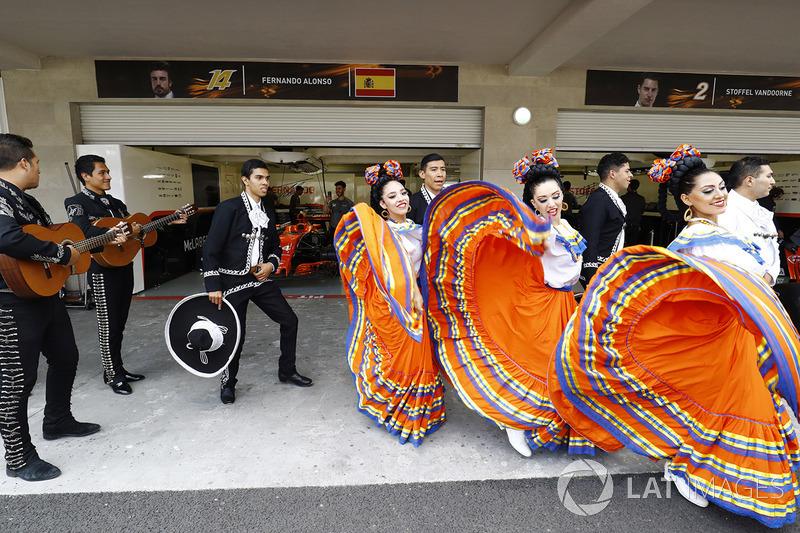 Bailarines y mariachis con McLaren