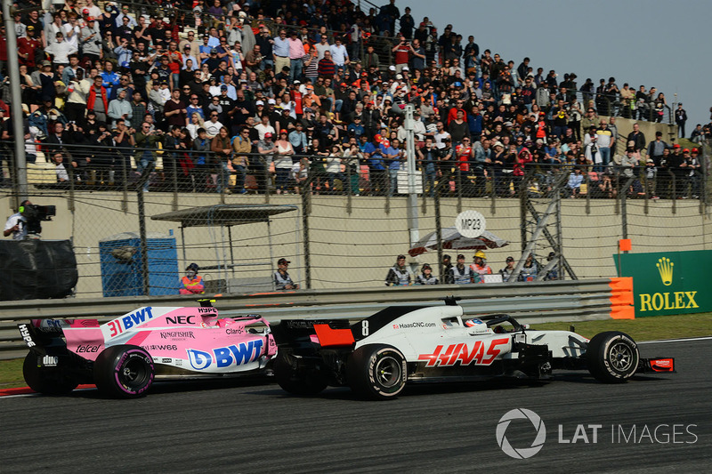 Esteban Ocon, Force India VJM11 y Romain Grosjean, Haas F1 Team VF-18