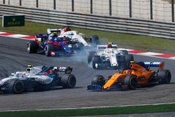 Sergey Sirotkin, Williams FW41 Mercedes, voor Stoffel Vandoorne, McLaren MCL33 Renault, Charles Leclerc, Sauber C37 Ferrari, Pierre Gasly, Toro Rosso STR13 Honda, en Marcus Ericsson, Sauber C37 Ferrari