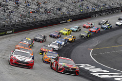 Ryan Blaney, Team Penske, Ford Fusion REV e Kyle Busch, Joe Gibbs Racing, Toyota Camry Skittles