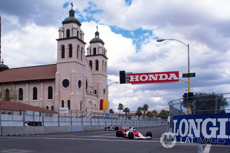 Ayrton Senna, Mclaren MP4/5B Honda devant Jean Alesi, Tyrrell 018 Ford