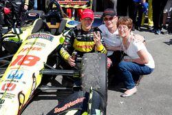 Sébastien Bourdais, Dale Coyne Racing with Vasser-Sullivan Honda pose avec sa mère et son père, Patrick Bourdais