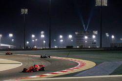 Sebastian Vettel, Ferrari SF71H, devant Valtteri Bottas, Mercedes AMG F1 W09, et Kimi Raikkonen, Ferrari SF71H