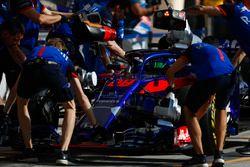 Brendon Hartley, Toro Rosso STR13 Honda, ai box durante le prove libere