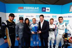 Virginia Elena Raggi, Mayor of Rome, presents Felix Rosenqvist, Mahindra Racing with the super pole trophy