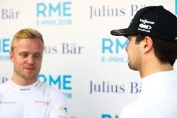 Nelson Piquet Jr., Jaguar Racing, parla con Felix Rosenqvist, Mahindra Racing, nel media pen