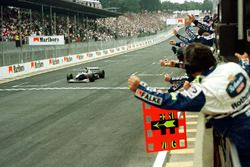 Jacques Villeneuve, Williams FW19, prende la bandiera a scacchi