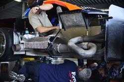 Equipos de trabajo en el #33 TA Chevrolet Corvette: Daniel Urrutia Jr. of Ferrea Racing Components