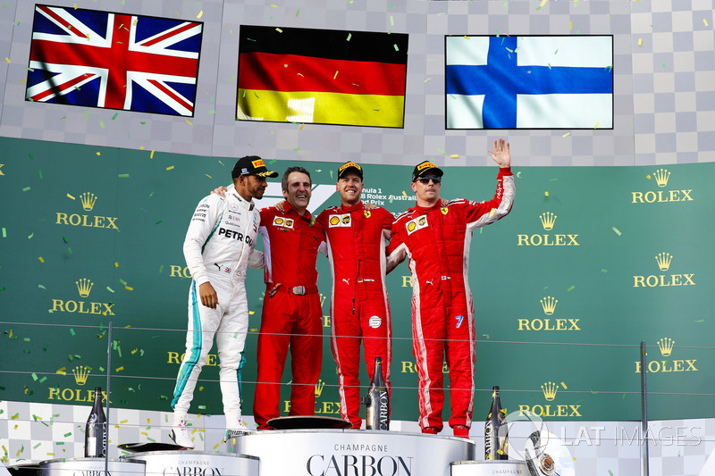 Lewis Hamilton, Mercedes AMG F1, 2° classificato, Inaki Rueda, stratega, Ferrari, Sebastian Vettel, Ferrari, 1° classificato, e Kimi Raikkonen, Ferrari, 3° classificato, sul podio