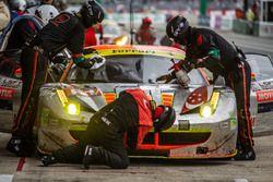 توقف السيارة رقم 61 كليرواتر ريسينغ فيراري 458 إيطاليا: موك فينغ سون، روب بيل، كيتا ساوا
