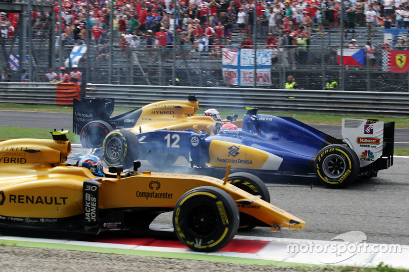 Crash involving Jolyon Palmer, Renault Sport F1 Team RS16, Felipe Nasr, Sauber C35, and Kevin Magnus