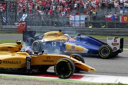Авария между Джолионом Палмером, Renault Sport F1 Team RS16, Фелипе Насром, Sauber C35 и Кевином Маг