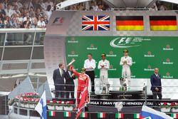 Podium (L to R): second place Lewis Hamilton, Mercedes AMG F1; Race winner Nico Rosberg, Mercedes AM