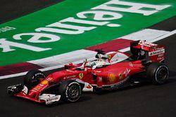 Sebastian Vettel zwaait na de race naar de fans vanuit zijn Ferrari SF16-H