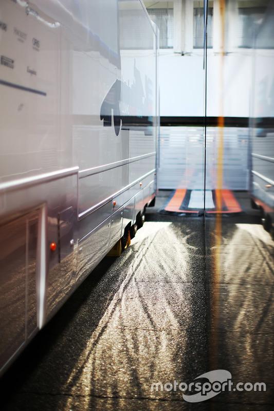 Williams trucks in de paddock