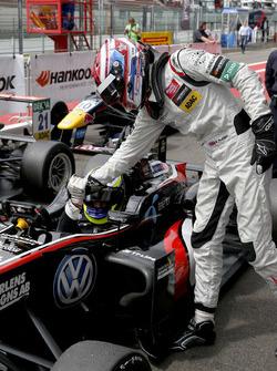 George Russell, HitechGP, Dallara F312 - Mercedes-Benz feliciteert Joel Eriksson, Motopark, Dallara