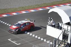 José Maria Lopez, Citroën World Touring Car Team, Citroën C-Elysée WTCC, salué par le drapeau à damiers.