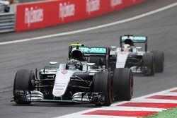 Nico Rosberg, Mercedes AMG F1 W07 Hybrid memimpin rekan setim Lewis Hamilton, Mercedes AMG F1 W07 Hy