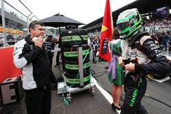 Nico Hulkenberg, Sahara Force India F1 en la parrilla con Bradley Joyce, Sahara Force India F1 Ingen