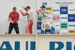 Champagne sur le podium pour Nick Cassidy, Prema Powerteam Dallara F312 – Mercedes-Benz; Maximilian Günther, Prema Powerteam Dallara F312 – Mercedes-Benz