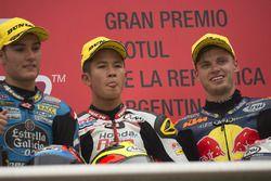 Le vainqueur Khairul Idham Pawi, le deuxième Jorge Navarro, Estrella Galicia 0,0, et le troisième Brad Binder, Red Bull KTM Ajo