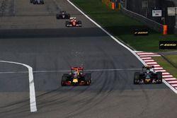 Daniel Ricciardo, Red Bull Racing RB12 and Carlos Sainz Jr., Scuderia Toro Rosso STR11 battle for po
