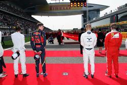 Max Verstappen, Scuderia Toro Rosso, Valtteri Bottas, Williams sur la grille pendant l'hymne national. Lewis Hamilton, Mercedes AMG F1 Team manque à l'appel
