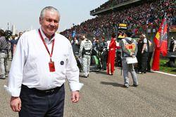 Alan Jones, FIA-Steward, in der Startaufstellung