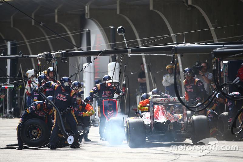 Carlos Sainz Jr., Scuderia Toro Rosso STR11 parada en boxes