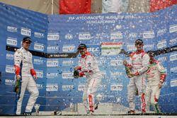 Podio: segundo lugar Yvan Muller, Citroën World Touring Car Team, Citroën C-Elysée WTCC; Ganador Jo