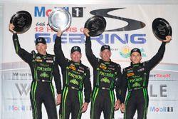 El podium: ganadores, Johannes van Overbeek, Scott Sharp, Ed Brown, Pipo Derani, ESM Racing