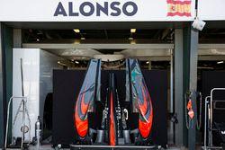 Tapa del motor del McLaren MP4-31 en los pits