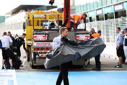 El equipo Mercedes recupera el auto y el alerón delantero tras el despiste de Nico Rosberg.