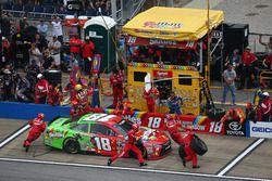 Kyle Busch, Joe Gibbs Racing Toyota acción en pits