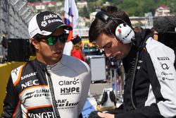 Sergio Perez, Sahara Force India F1 avec Tim Wright, ingénieur de course Sahara Force India F1 Team sur la grille