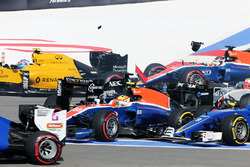 Nico Hulkenberg, Sahara Force India F1 VJM09 se crashe au départ avec Rio Haryanto, Manor Racing MRT05