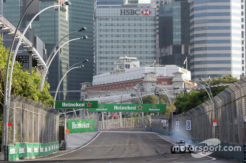 Lewis Hamilton, Mercedes AMG F1 W07 Hybrid, with the Halo cockpit cover, locks up under braking