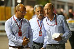 Chase Carey, Presidente Grupo Fórmula uno(centro) con Donald Mackenzie, CVC Capital Partners gestión