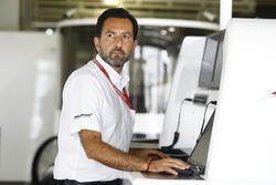 Un miembro del equipo McLaren en el trabajo