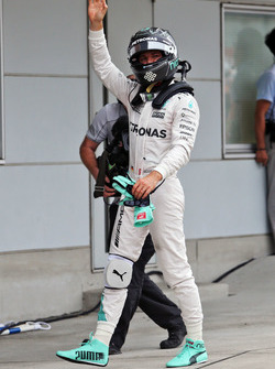 Nico Rosberg, Mercedes AMG F1 celebra la pole position en parc ferme