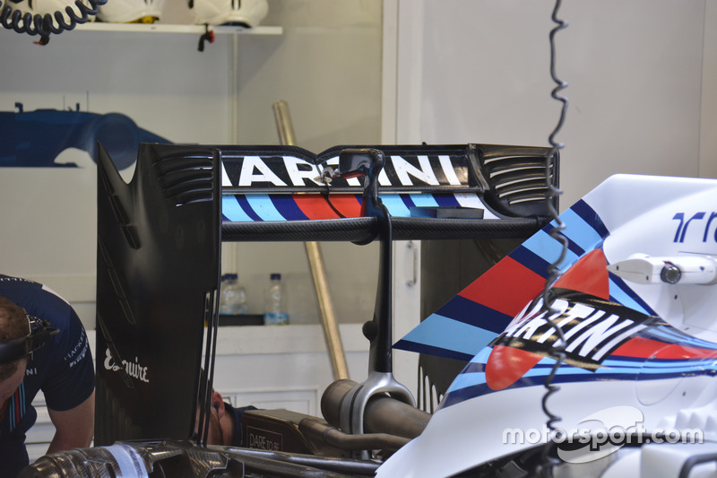 Williams FW38, ala posteriore